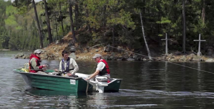 Pêcher la ouananiche sur le mythique Lac au Sorcier !