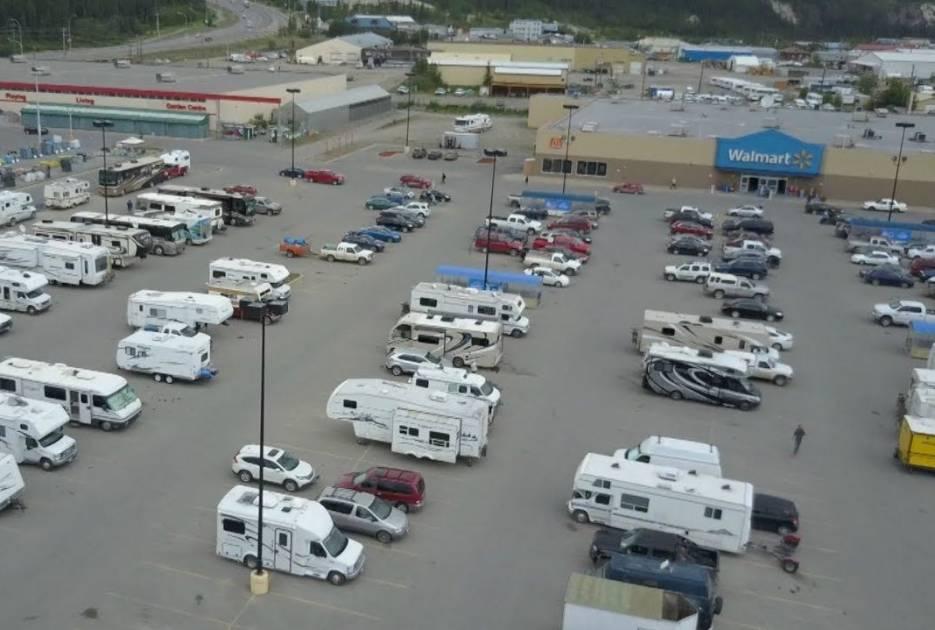 Camping Québec souhaite que les villes encadrent les campeurs des Walmart