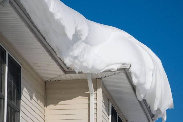 Neige et toiture : les propriétaires doivent rester vigilants!