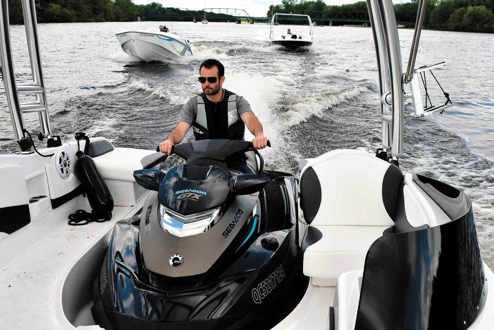 Marier une coque et une motomarine pour faire un bateau