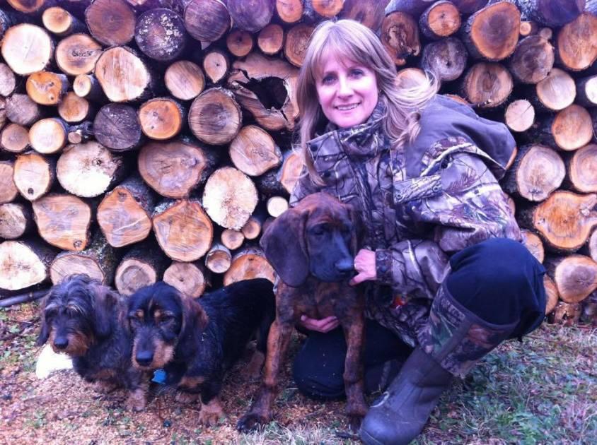 Des conducteurs de chiens de sang armés pour abréger l'agonie d'un gibier blessé