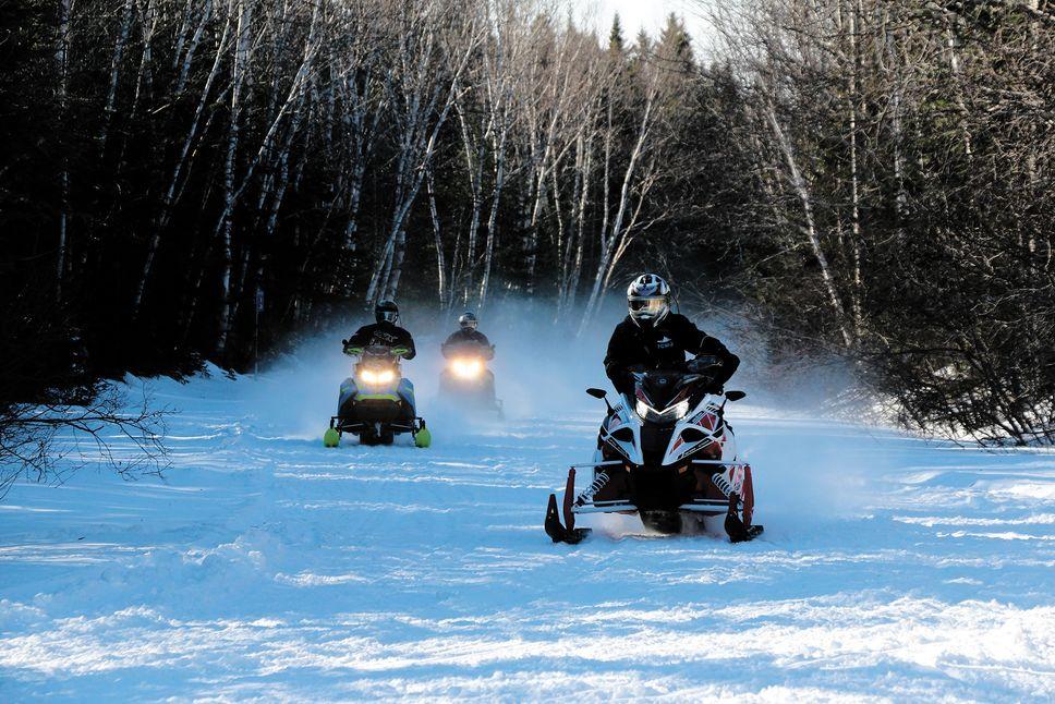 Tragédie évitée: 6 motoneigistes tombent dans l'eau glaciale du lac Magog
