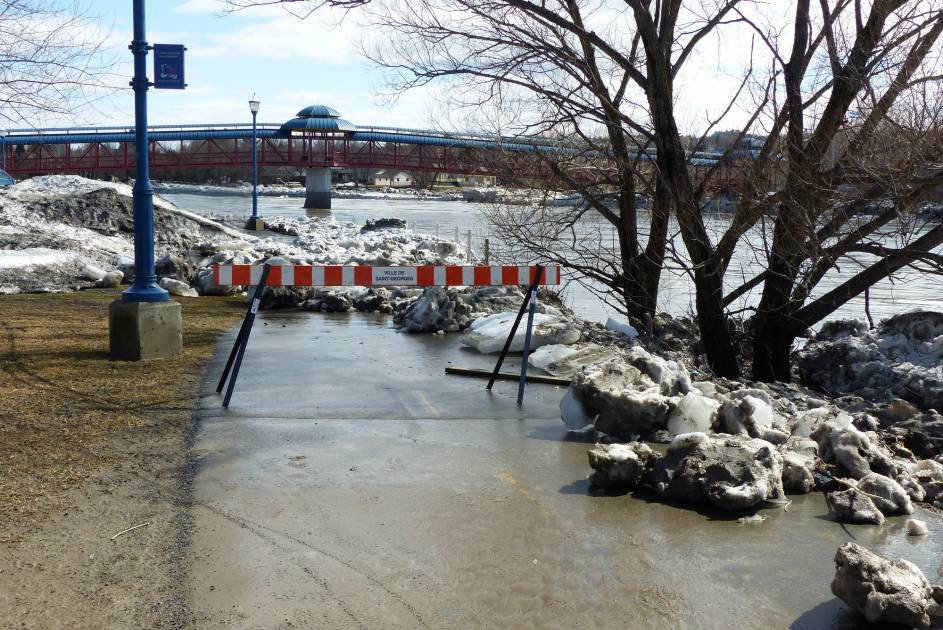 La rivière Chaudière déborde en Beauce: la SQ doit disperser les curieux