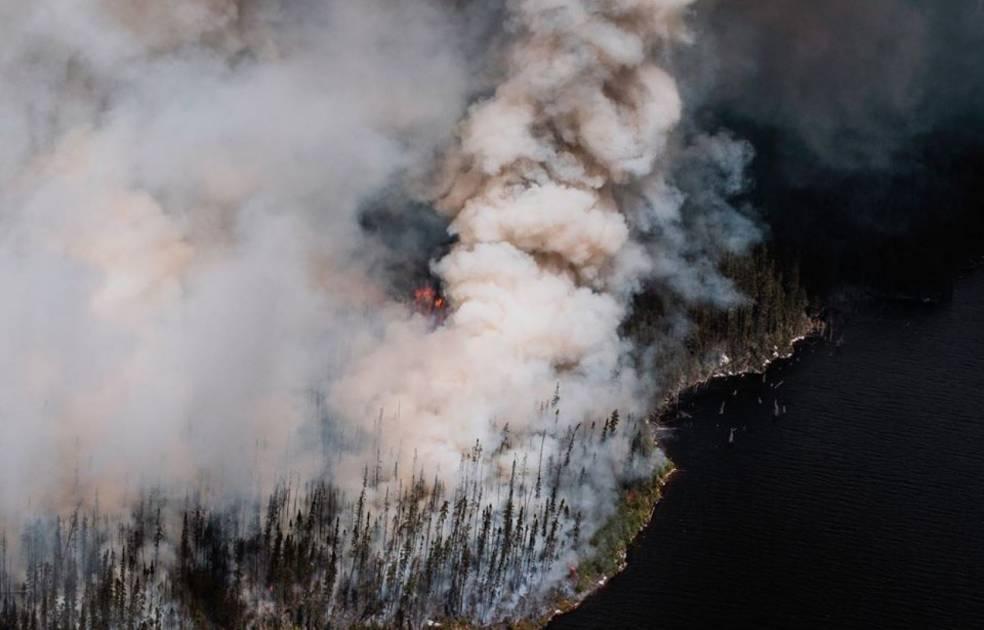 Le feu de forêt au Lac Saint-Jean s'approche d'une centrale d'Hydro-Québec