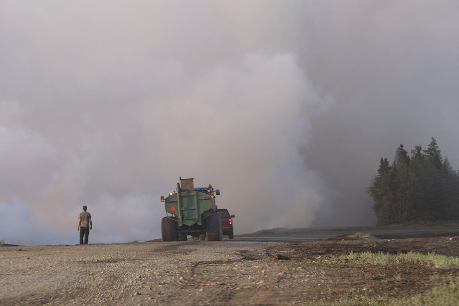 Rivière-Ouelle: la lutte au feu se poursuit avec l'aide d'un peu de pluie