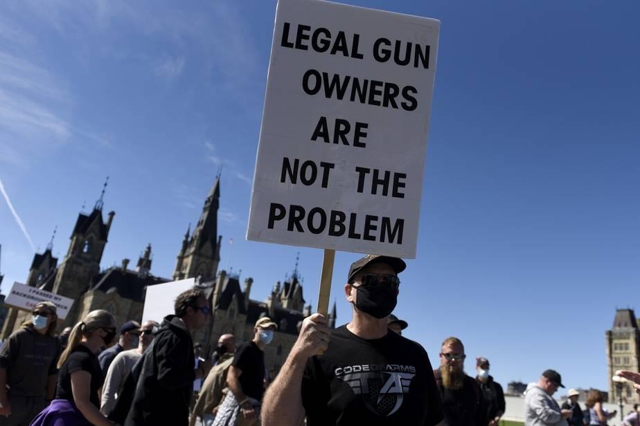 Des militants pour les droits sur les armes à feu marchent à Ottawa