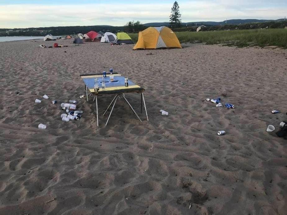 Gaspé précise l'interdiction de camping sur ses plages