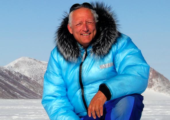 Des pôles jusqu'aux plus hauts sommets, Bernard Voyer intègre « Le Robert »