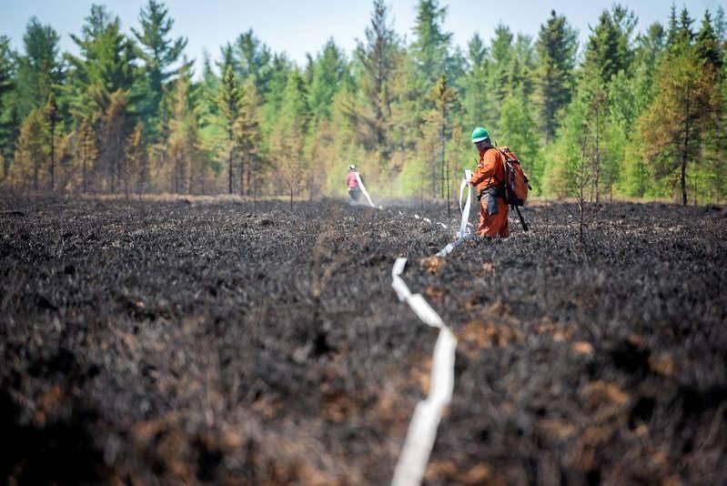 Cent pompiers québécois déployés en Colombie-Britannique