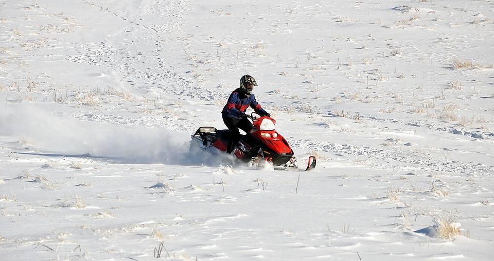 Des motoneigistes continuent de circuler dans une aire protégée des Monts Groulx